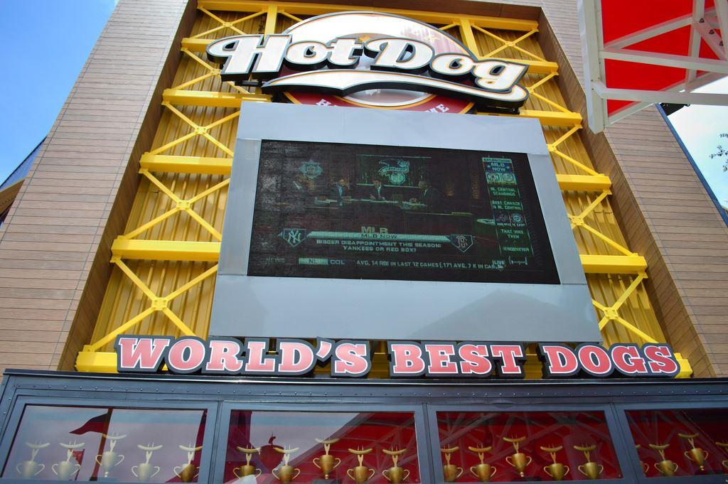 Hot Dog Hall of Fame: O telão que passa jogos de baseball. Foto: Divulgação/TouringPlans